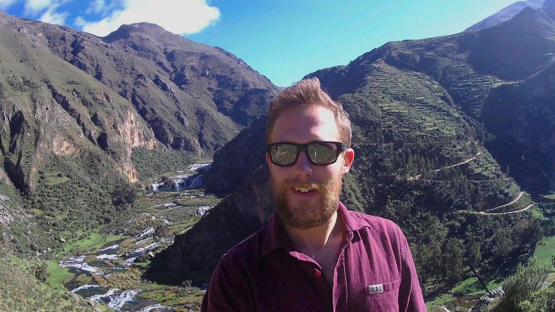 Nico vor den Wasserfällen in Huancaya.
